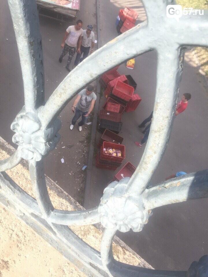 """Ты не пройдешь: """"Газель"""" растеряла груз под Александровским мостом, фото-1"""
