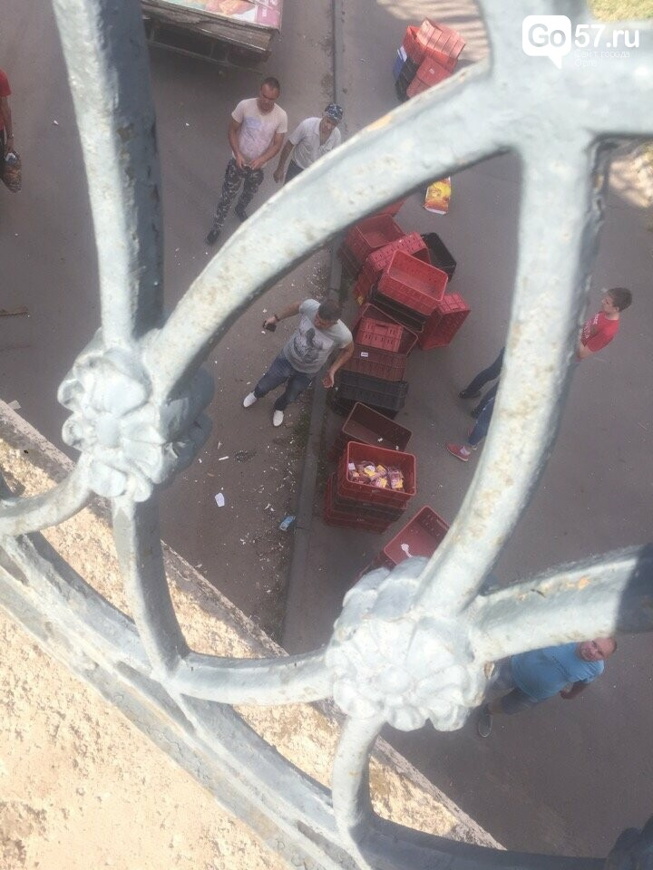 """Ты не пройдешь: """"Газель"""" растеряла груз под Александровским мостом, фото-2"""